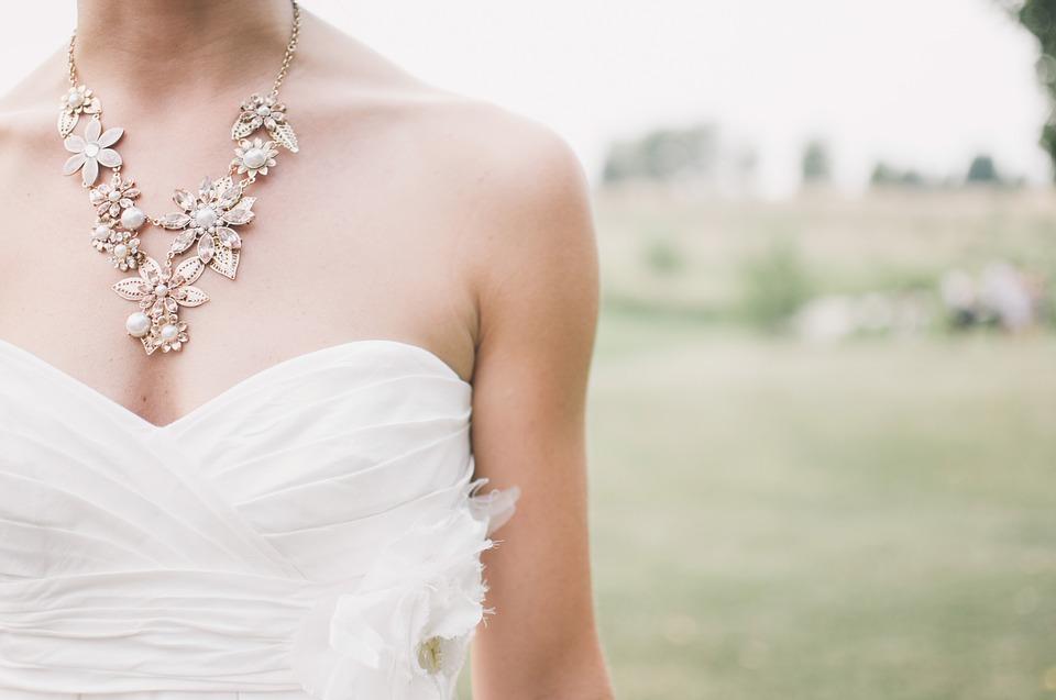 ślubna biżuteria podkreśla uroczystość